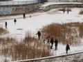 Киевских школьников засняли за опасным зимним развлечением