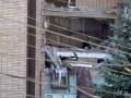 Спасатели продолжают разбирать завалы на месте взрыва в жилом доме в Луганске