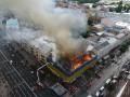 В центре Киева горит дом, улицу затянуло дымом