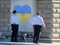 В Чехии памятник советскому солдату украсили большим желто-голубым сердцем