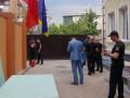 Толпа в балаклавах пыталась захватит отель в Киеве: 30 рейдеров убежали от полиции