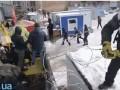 В Десятинном переулке активисты демонтировали строительный забор. Произошла драка