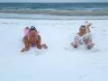 На заснеженном пляже в Одессе резвились девушки в купальниках