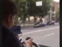 В Киеве водитель автобуса за рулем играл в игру на смартфоне