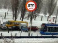 В Киеве авто снесло ограждение скоростного трамвая