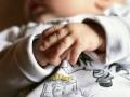 Молодая мать избила младенца и ушла на свидание
