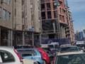 В Киеве ветер сдул с недостроя доски: Побиты авто и травмирован человек