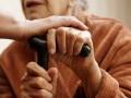 Работница соц службы в Хмельницкой области спаивала пенсионерку, чтобы завладеть ее землей и домом