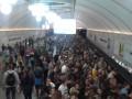 Станцию метро Выставочный центр заполнили тысячи пассажиров: фотофакт