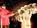 Участники акции против насилия разгромили ледяную скульптуру