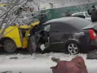 В Мариуполе авто влетело в маршрутку, есть жертвы