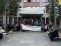 В Киеве парни спортивной внешности второй день блокируют здание ВККСУ