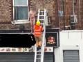 В Британии голого клиента салона выставили в окно