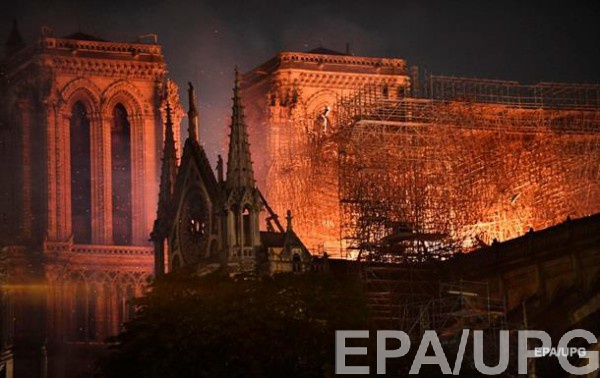 В соборе Нотр-Дам в Париже произошел разрушительный пожар