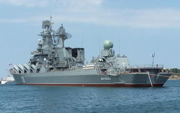 К украинским кораблям, вышедшим по тревоге в Черное море, приближаются три российских ракетных катера и крейсер Москва