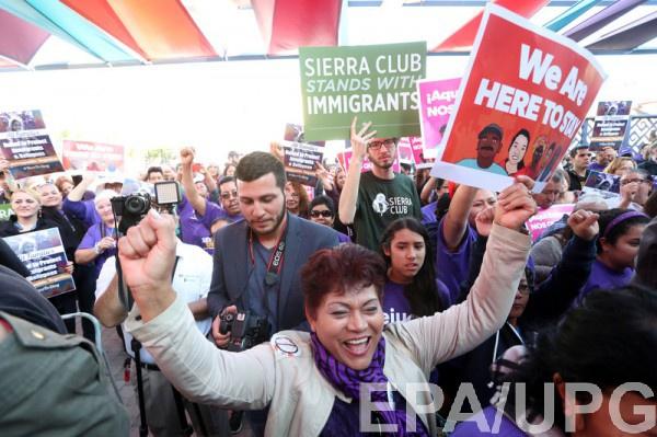 Люди выражают несогласие с и высказываниями Трампа о женщинах, социальных меньшинствах и иностранцах