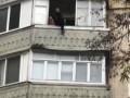 Одессит лез по балконам высотки и напал на полицейского с топором