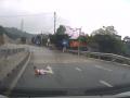 Во Вьетнаме грудничок выполз на оживленное шоссе