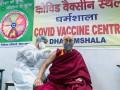 Далай-лама вакцинировался препаратом Covishield