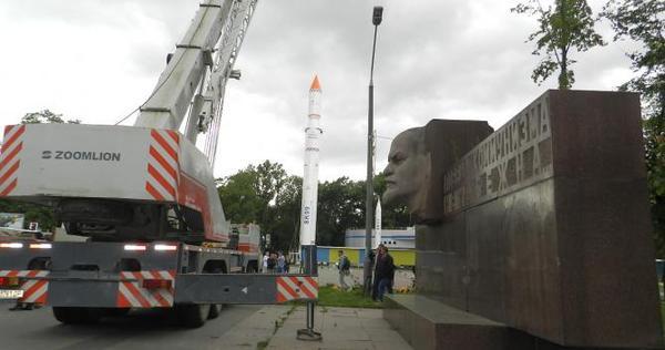 В Днепропетровске демонтировали гранитный памятник Ленину
