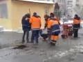 В Киеве укладка асфальта в лужи попала на видео
