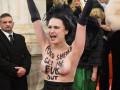 Femen оголилась против Порошенко на красной дорожке Венского бала