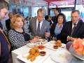 Ющенко с женой угощались курочкой на открытии KFC (ФОТО)