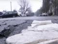 В Днепре ямы на дорогах перекрыли мешками