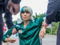 Участницу Pussy Riot задержали за шитье флага России в форме заключенной
