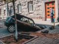 В Киеве машина провалилась под землю