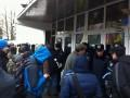 Более тысячи митингующих пикетируют здание МВД в Киеве из-за избиения Черновол