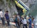В Индии автобус упал в реку: погибли 32 человека