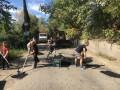Жители Осокорков сами ремонтируют дорогу, которой официально не существует