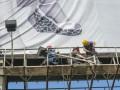 В Киеве начали демонтировать рекламный борд размером 900 кв м
