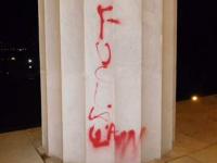 В Вашингтоне вандалы осквернили колонну мемориала Линкольна