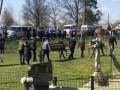 На Буковине умерших от COVID-19 братьев хоронили стоя у машин