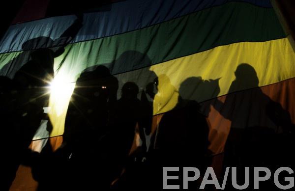 Гомофобия и нетерпимость в обществе по-прежнему широко распространены