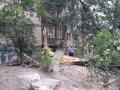 В центре Киева на припаркованные машины обрушилось дерево