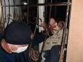 На Днепропетровщине женщина застряла в оконной решетке