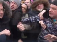 Массовое отравление в РФ: митингующие напали на губернатора