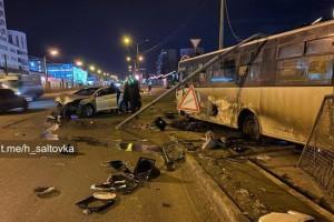 В Харькове на маршрутку с пассажирами упал бетонный столб