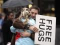 Сегодня в мире отмечают Международный день объятий