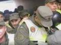 В Киеве полиция заблокировала во дворе группу протестующих