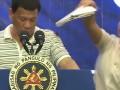 Президент Филиппин выступил с тараканом на плече