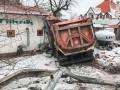 Под Киевом самосвал протаранил ресторан