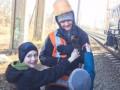 В Ровно спасли кота, который 4 дня просидел на высотной опоре моста