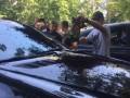 В Киеве засыпали землей два авто депутата, соратника Лени