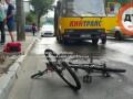 В Киеве маршрутка сбила девушку на велосипеде