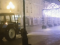 В Москве коммунальщики во время дождя поливали улицы