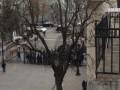 Люди в масках пытались спилить забор у Администрации Порошенко